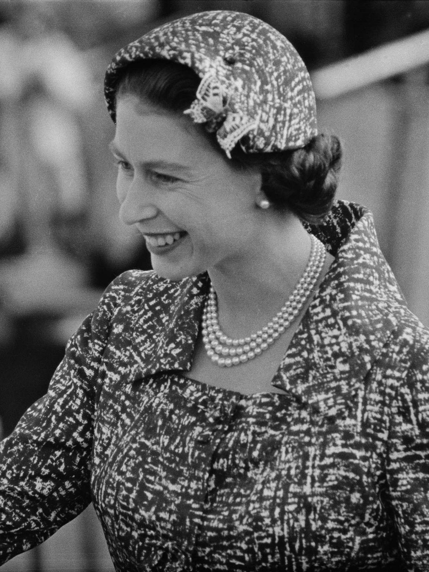 La reina Isabel II ha apostado por las perlas desde joven. (Getty)