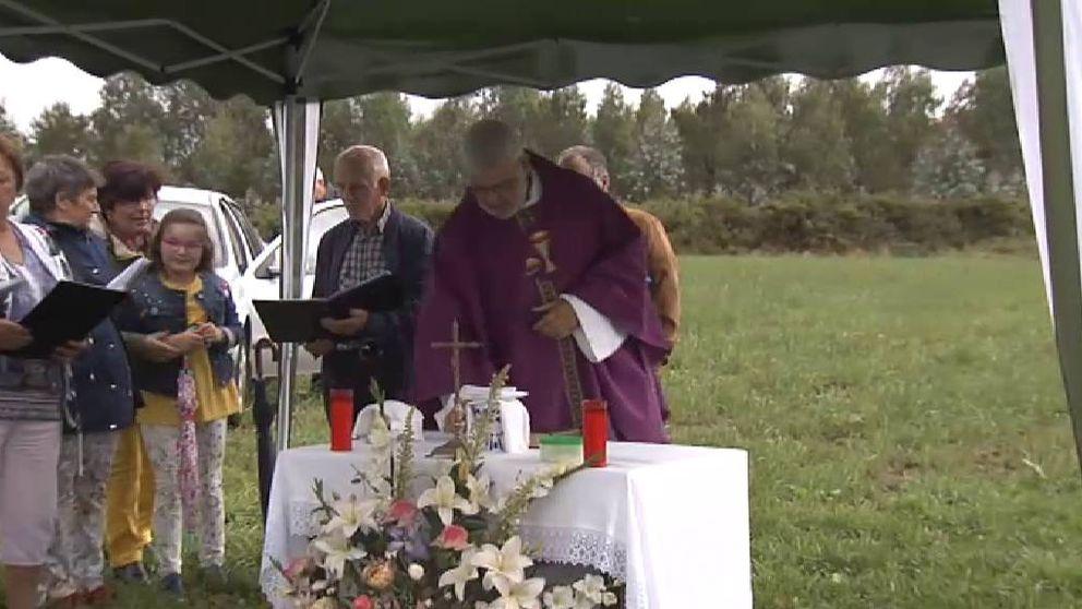 Un sacerdote gallego organiza misas a pie de carretera para pedir su reparación