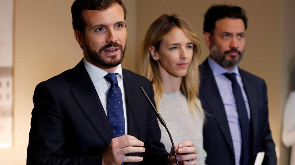 Foto: El presidente del Partido Popular, Pablo Casado (i), ha recogido este jueves en el Congreso el acta de diputado. (EFE)