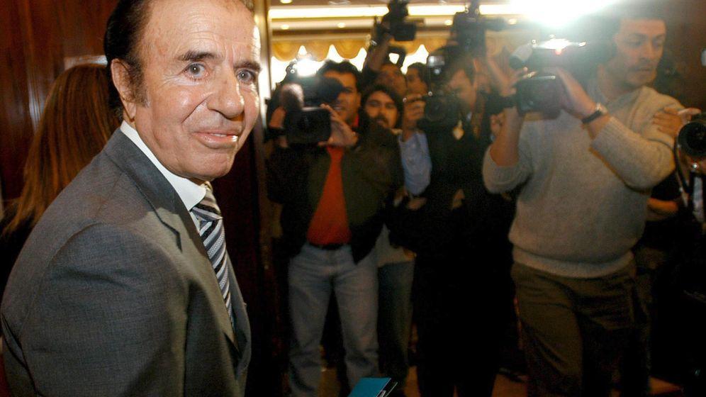 Foto: El Presidente argentino Carlos Menem declarando en los tribunales en 1994 (EFE)