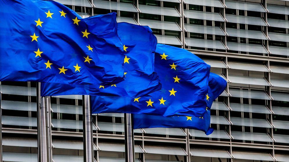 Foto: Banderas europeas ante la sede de la Comisión Europea. (EFE)