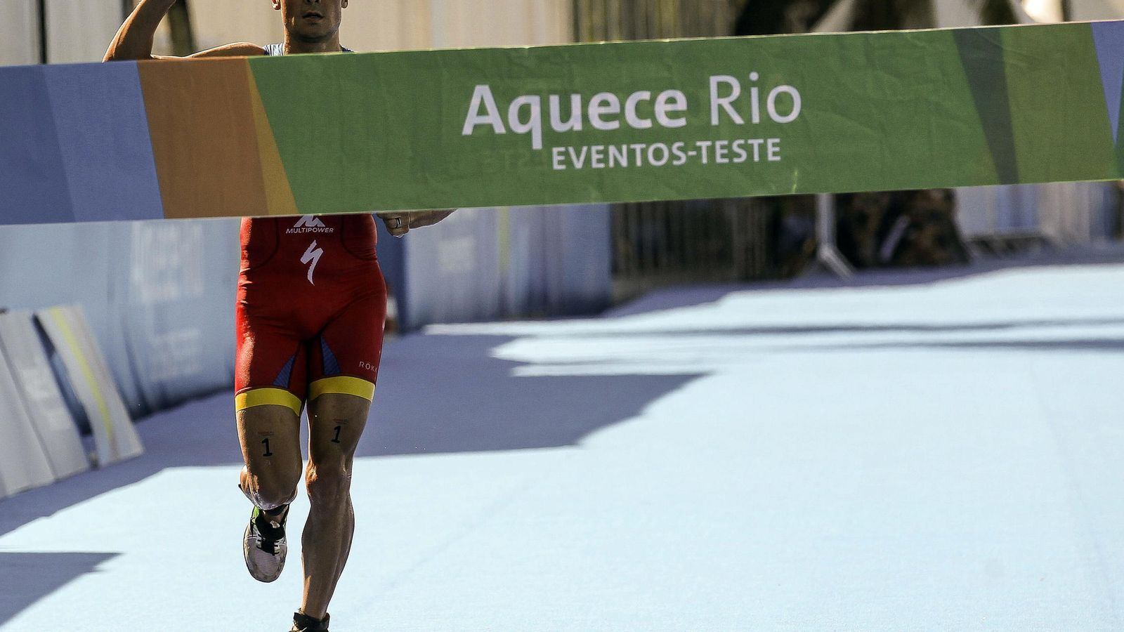 Foto:  Javier Gómez Noya cruzando la meta en Brasil (Efe).