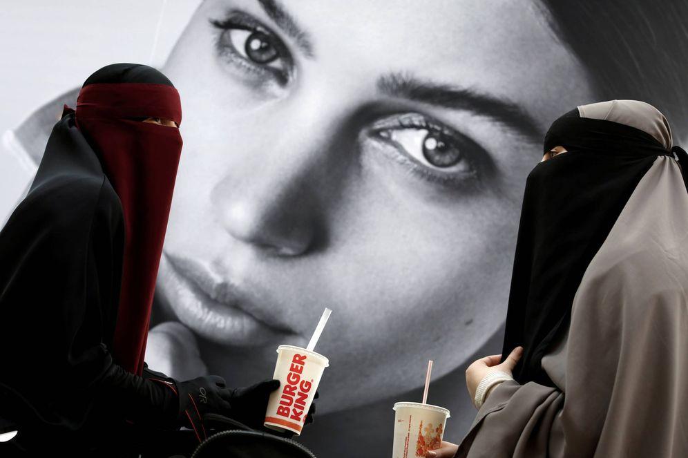 Foto: Dos jóvenes musulmanas con niqab en un centro comercial de Copenhague, Dinamarca. (Reuters)