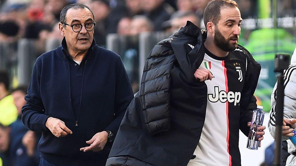 Foto: Higuaín, tras ser sustituido por Sarri en un partido de la Juventus. (Reuters)