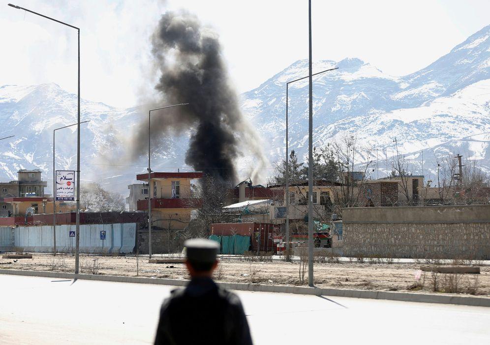 Foto: Una columna de humo se eleva desde un punto donde los talibanes y las fuerzas afganas han sostenido combates en Kabul, el 1 de marzo de 2017. (Reuters)