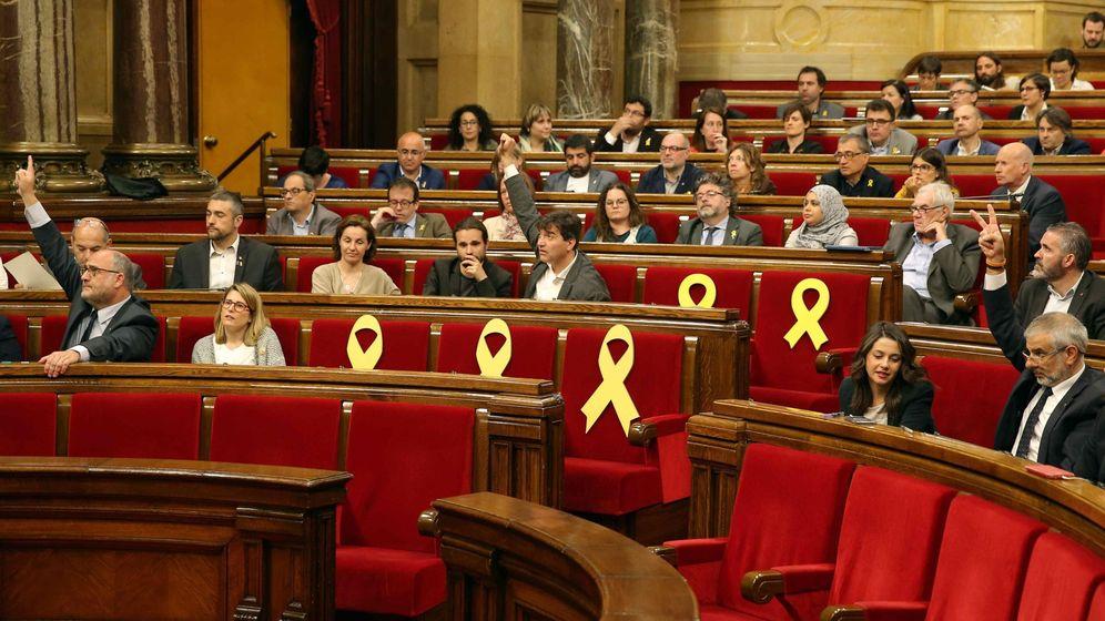 Foto: Pleno del Parlament con lazos amarillos en los asientos de los diputados huidos o encarcelados. (EFE)