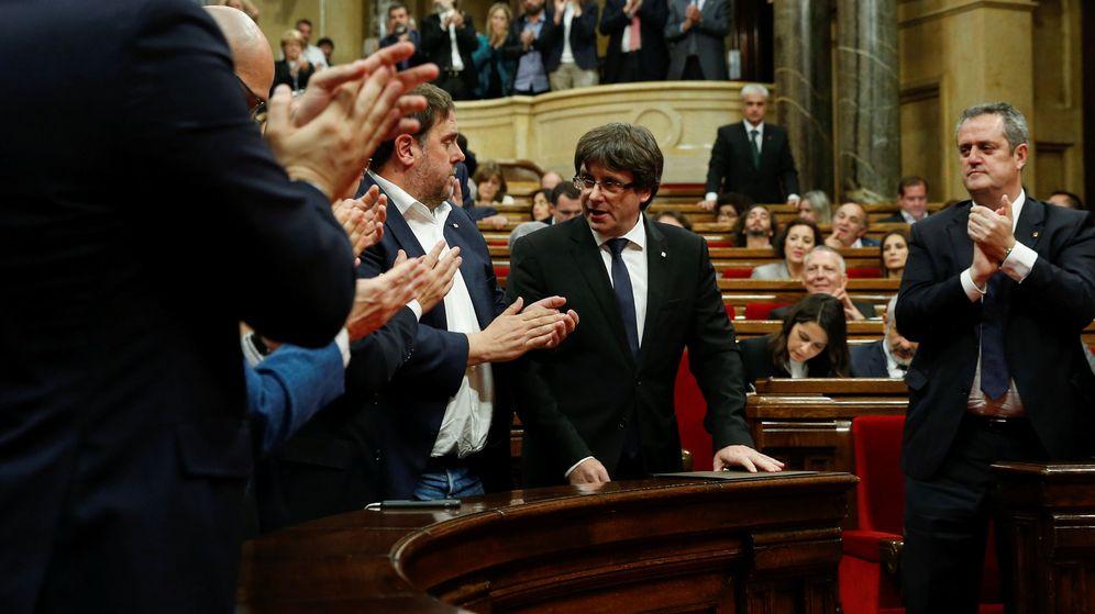 Foto: El presidente de la Generalitat, Carles Puigdemont, recibe el aplauso de su grupo parlamentario. (Reuters)