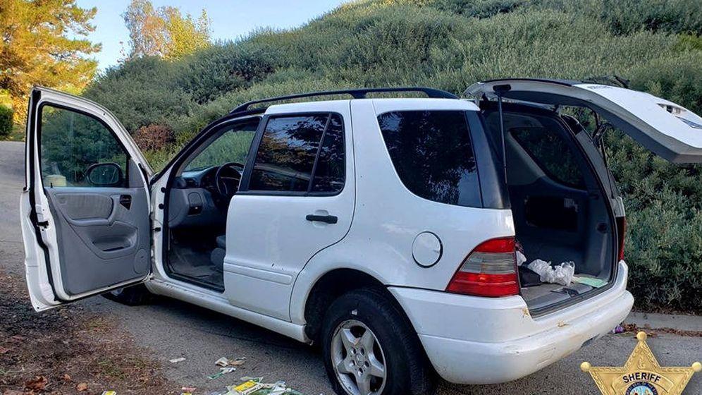 Foto: La policía subió a Facebook las imágenes del coche con las ruedas pinchadas y las tiritas en el suelo