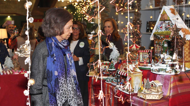 Foto: La Reina Doña Sofía durante su visita al rastrillo Nuevo Futuro (Gtres)