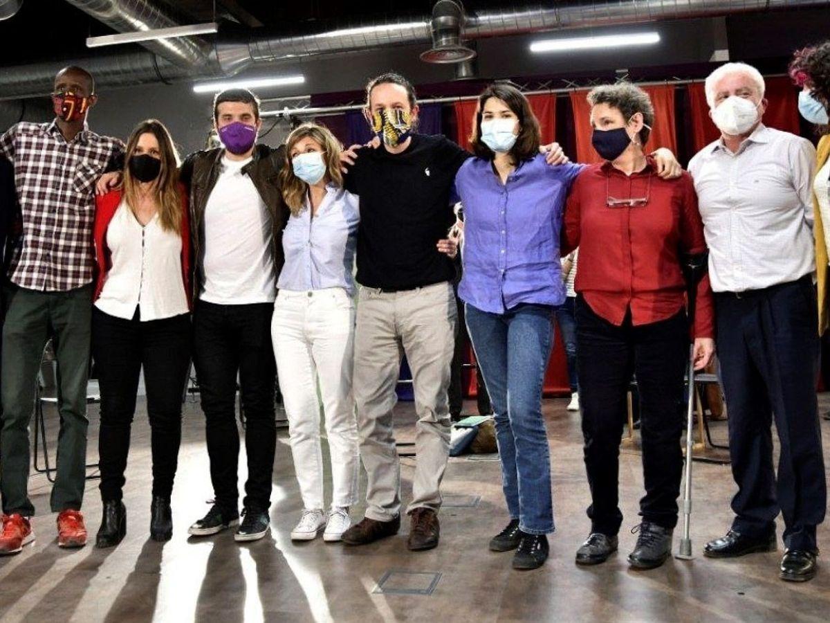 Foto: El candidato de Podemos a las elecciones de la Comunidad de Madrid, Pablo Iglesias, rodeado de miembros de UP durante la presentación de su lista para el 4-M. (EFE)