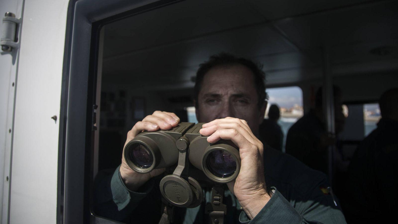 Foto: Un guardia civil vigila con sus prismáticos a posibles 'narcolanchas' que cruzan la bahía de Algeciras. (Fernando Ruso)