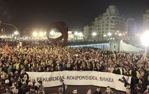Miles de personas asisten a la marcha silenciosa que recorre las calles de Bilbao