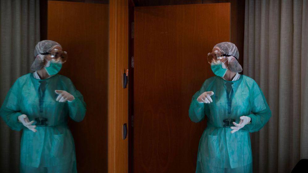 Foto: Personal sanitario realiza su tarea en el Hotel Princess de Barcelona. (EFE)