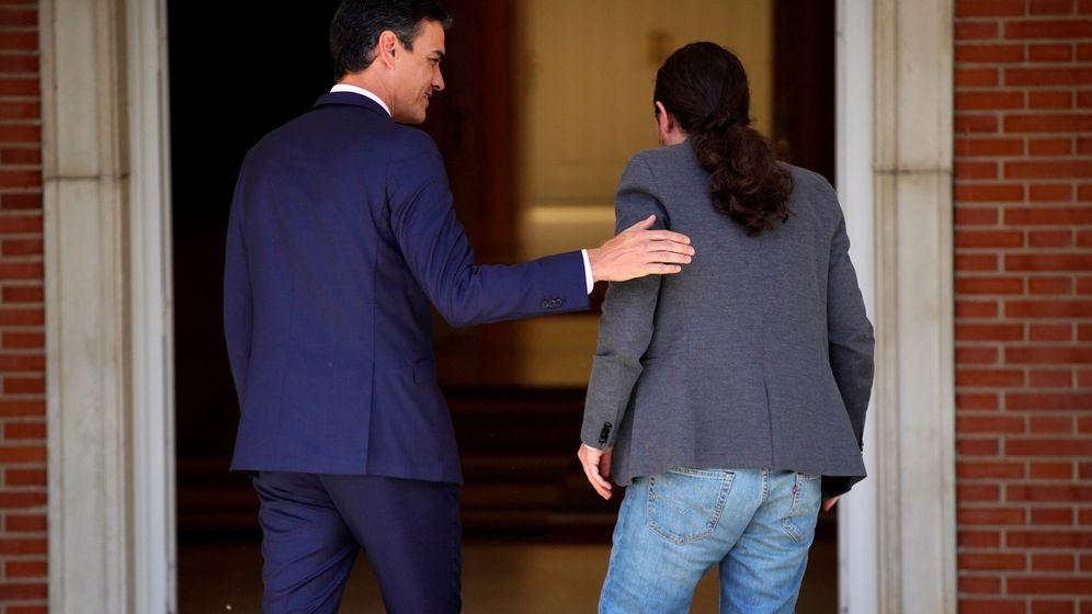 Foto: El presidente del Gobierno en funciones, Pedro Sánchez, recibe al líder de Unidas Podemos, Pablo Iglesias, en la Moncloa. (Reuters)