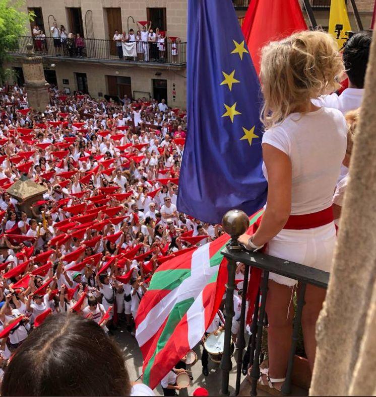 Foto: Bandera Ikurriña ondeando en el balcón del consistoria de Viana, duarante las fiestas locales. (Twitter)