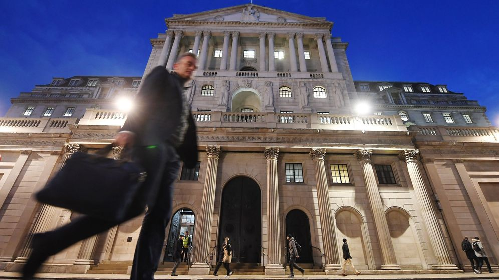 Foto: Un viandante pasa delante del Banco de Inglaterra en Londres. (EFE)
