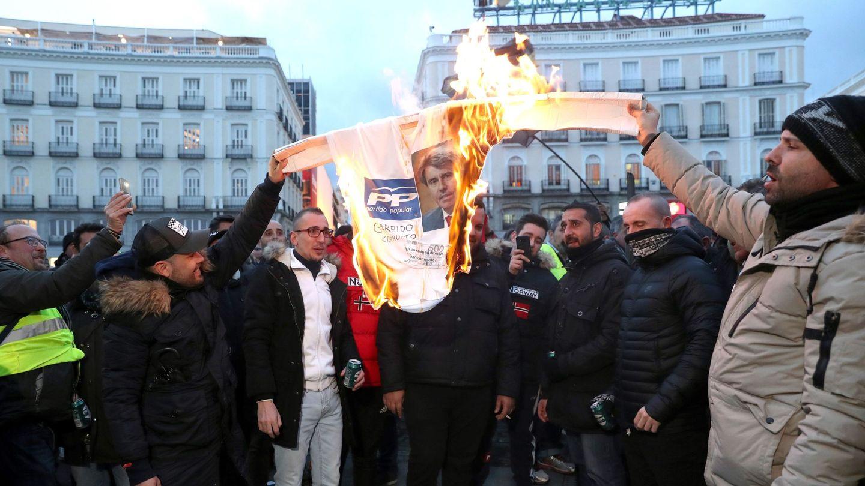 Taxistas queman una imagen de Garrido. (EFE)