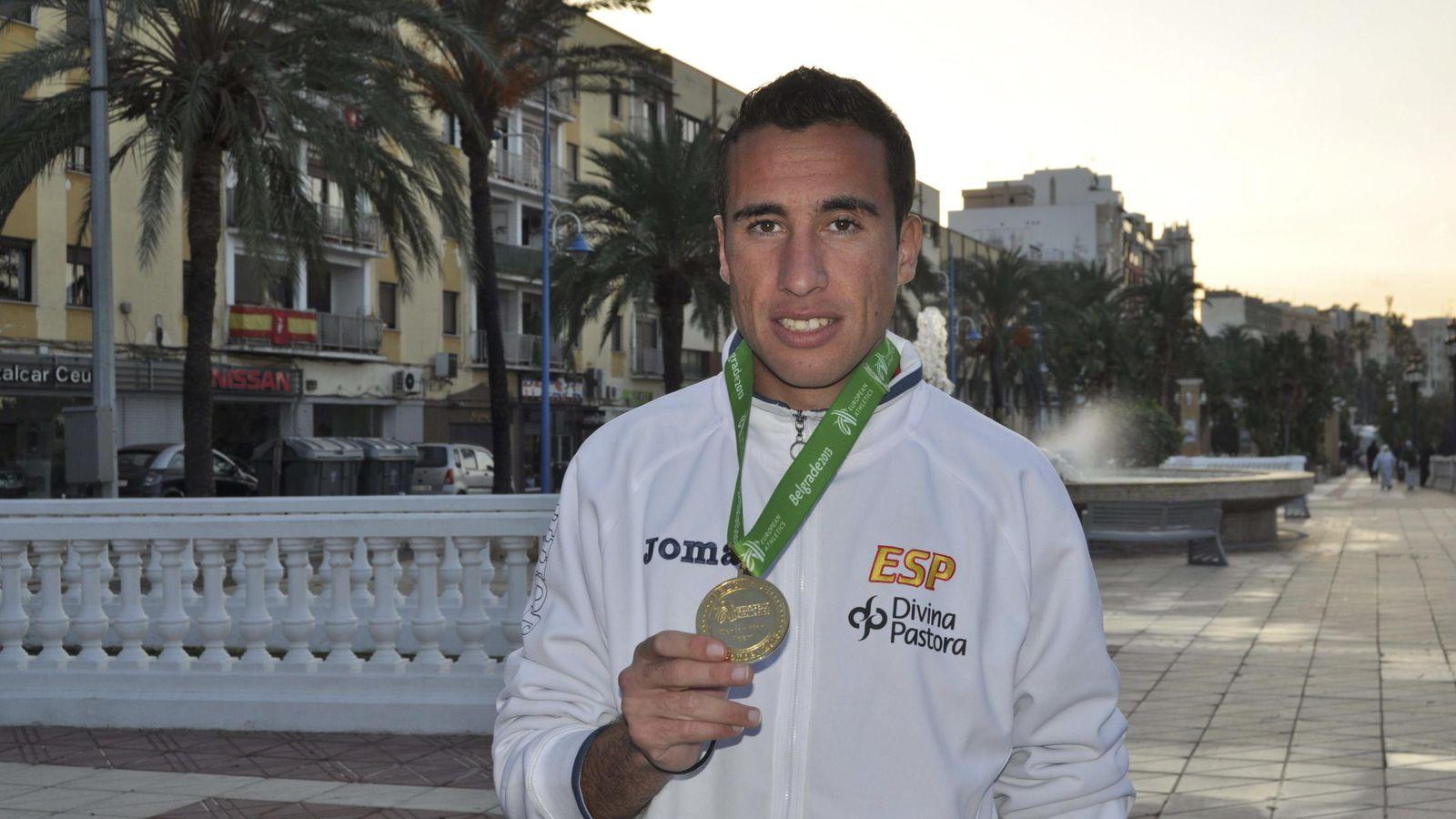 Foto: Marhoum, con su medalla lograda en Belgrado (Efe).