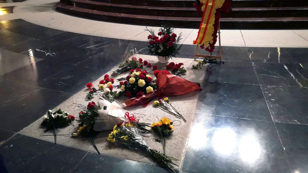 Foto: Imagen de la tumba de Franco durante la misa celebrada en su memoria en 2018. (EFE)
