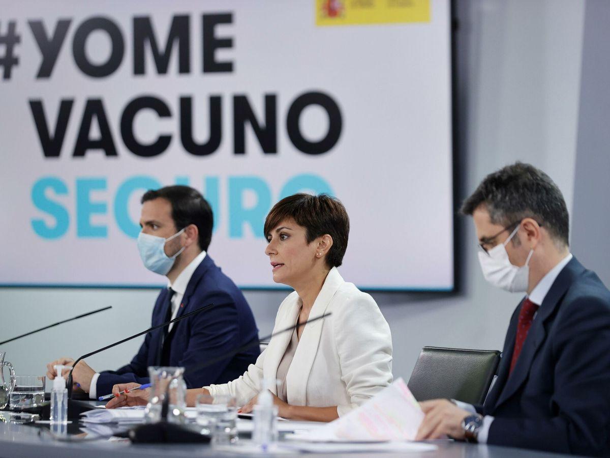 Foto: El ministro de Consumo, Alberto Garzón (i), en la rueda de prensa del Consejo. (EFE)