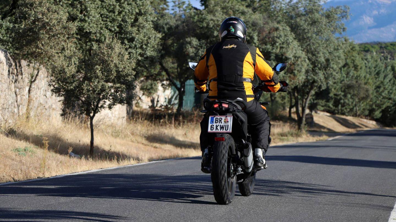Compacta y estrecha gracias a su motor monocilíndrico, la KTM 390 Adventure es una moto que ofrece más de lo que parece.