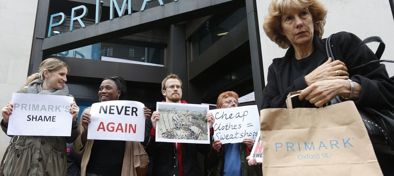 Foto: Protestas delante de una tienda de Primark por la tragedia de Bangladesh (Reuters)