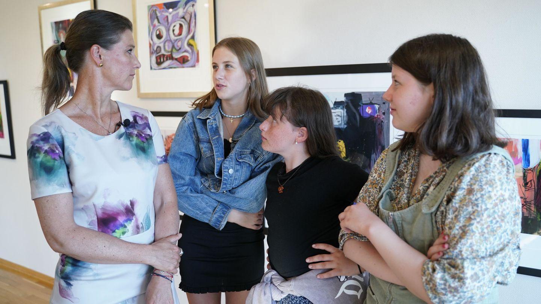 Marta Luisa y sus hijas, en la exposición de cuadros de Ari Behn en Moss. (EFE)