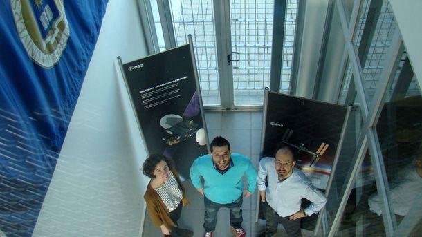 Foto: Andrés Cobos (centro), junto al equipo que coordina, es uno de los cuatro estudiantes europeos elegidos por la ESA para llevar sus experimentos a bordo de un vuelo parabólico.