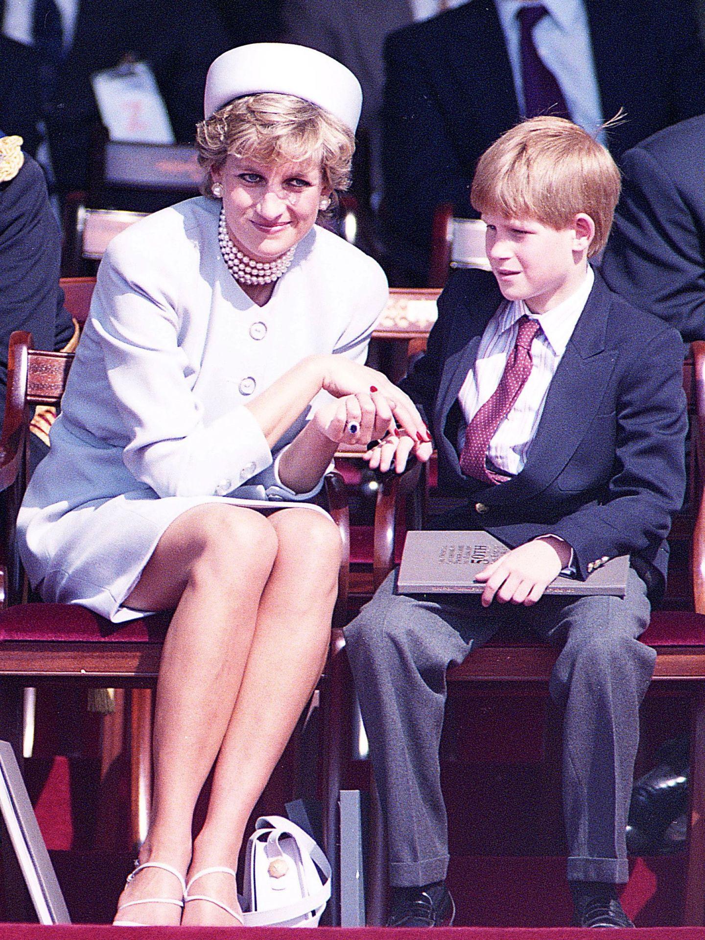 La princesa Diana y Harry, en 1995. (Reuters)