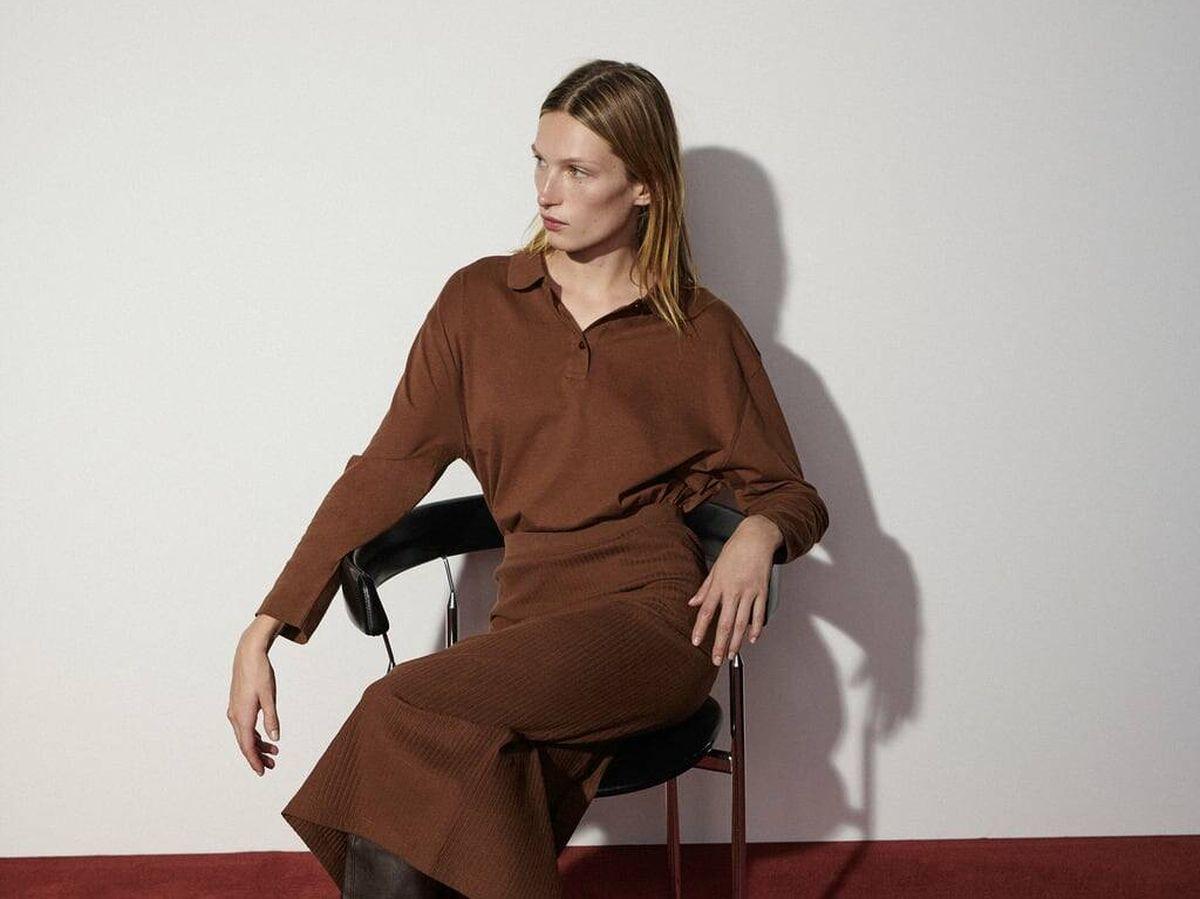 Foto: Total look marrón con falda y polo de Zara. (Cortesía)