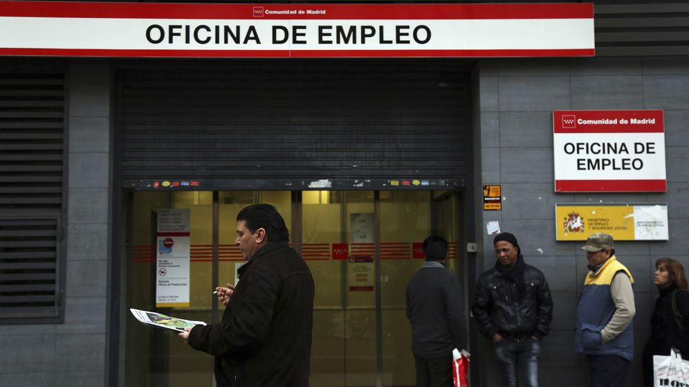 Foto: Cola del paro en una oficina española de empleo. (Reuters)
