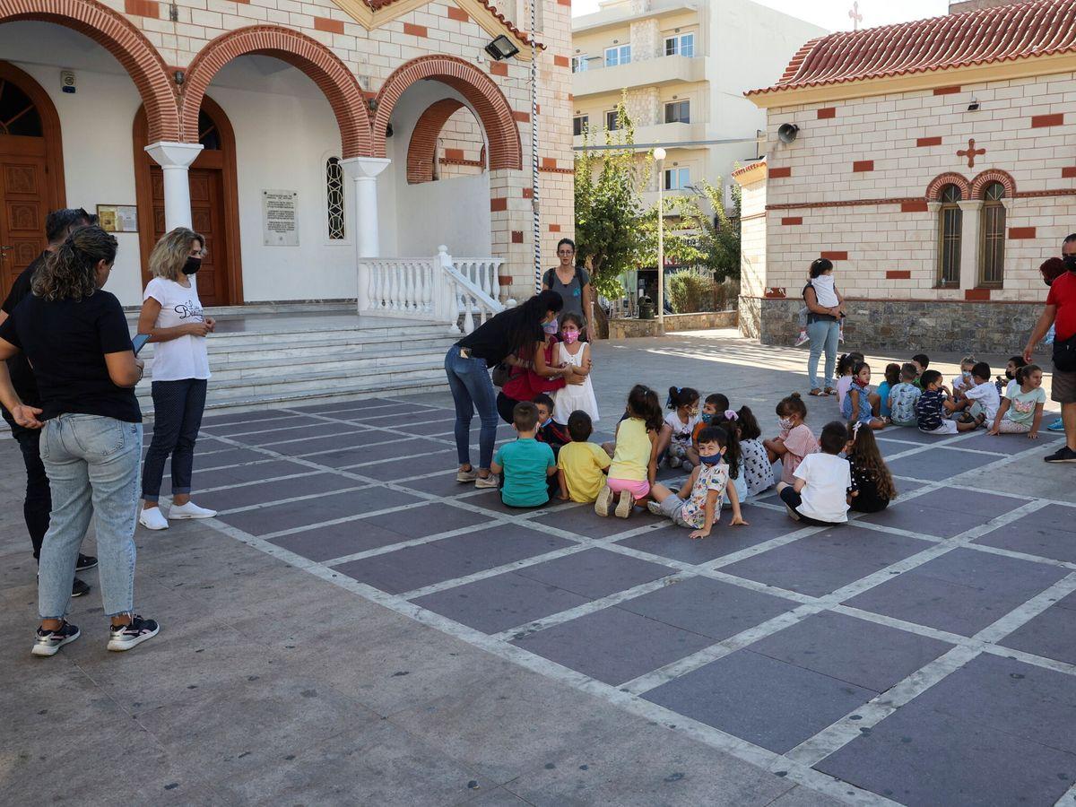 Foto: Evacuación de niños en una escuela de Heraclión, en Creta. (Reuters)