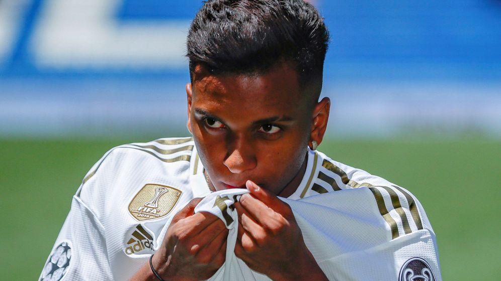 Foto: Rodrygo besa el escudo del Real Madrid en la presentación en el césped del Bernabéu. (Efe)