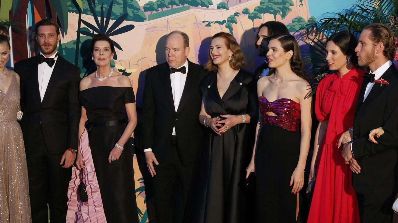 Carolina de Mónaco junto a su hermano, sus hijos, las parejas de estos y la madre del novio de Carlota, Carole Bouquet. (EFE)