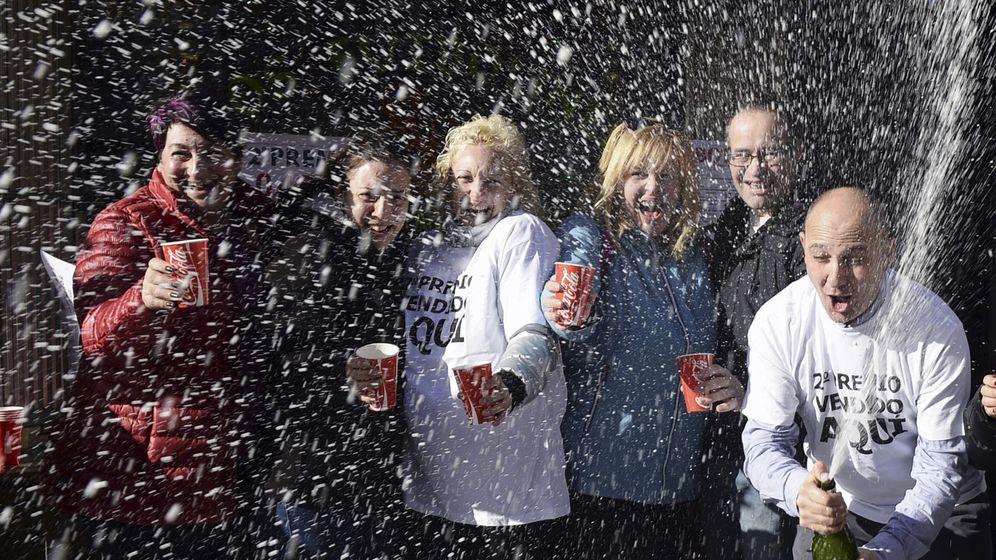 Foto: Imagen de archivo de afortunados celebrando el segundo premio de la Lotería de Navidad en 2016 (EFE)