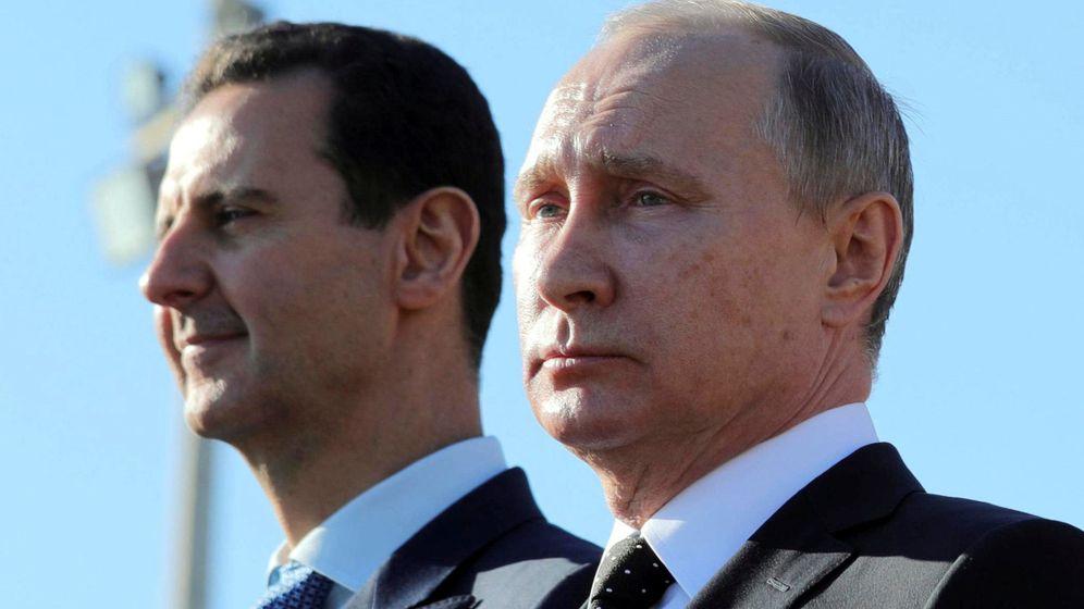 Foto: El presidente ruso Vladímir Putin y el sirio Bashar Al Asad durante la visita del primero a la base aérea de Khmeymim, en la provincia siria de Latakia, en diciembre de 2017. (Reuters)