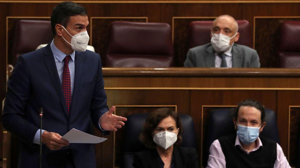 Foto: El presidente del Gobierno, Pedro Sánchez, la vicepresidenta primera, Carmen Calvo, y el vicepresidente segundo, Pablo Iglesias. (EFE)