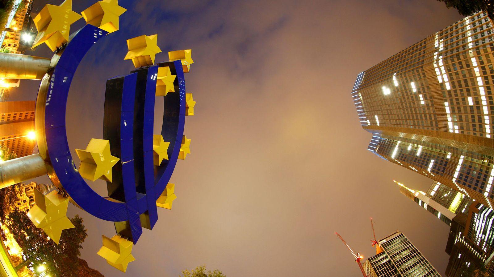 Foto: El signo del euro delante de la sede del Banco Central Europeo (BCE). (Reuters)