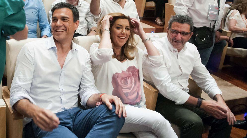 Foto:  El secretario general del PSOE, Pedro Sánchez (i), junto a la presidenta andaluza en funciones, Susana Díaz (c). (EFE)