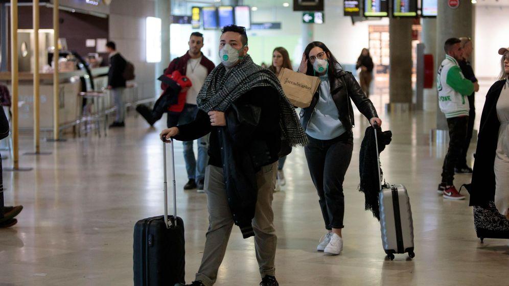 Foto: Pasajeros con mascarilla en el aeropuerto de Manises, en Valencia. (EFE)