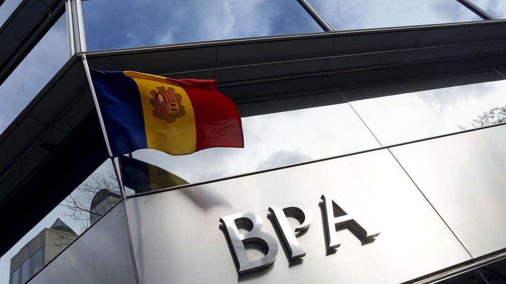 Foto: Una bandera de Andorra ondea en una oficina de Banca Privada d'Andorra (BPA). (Reuters)