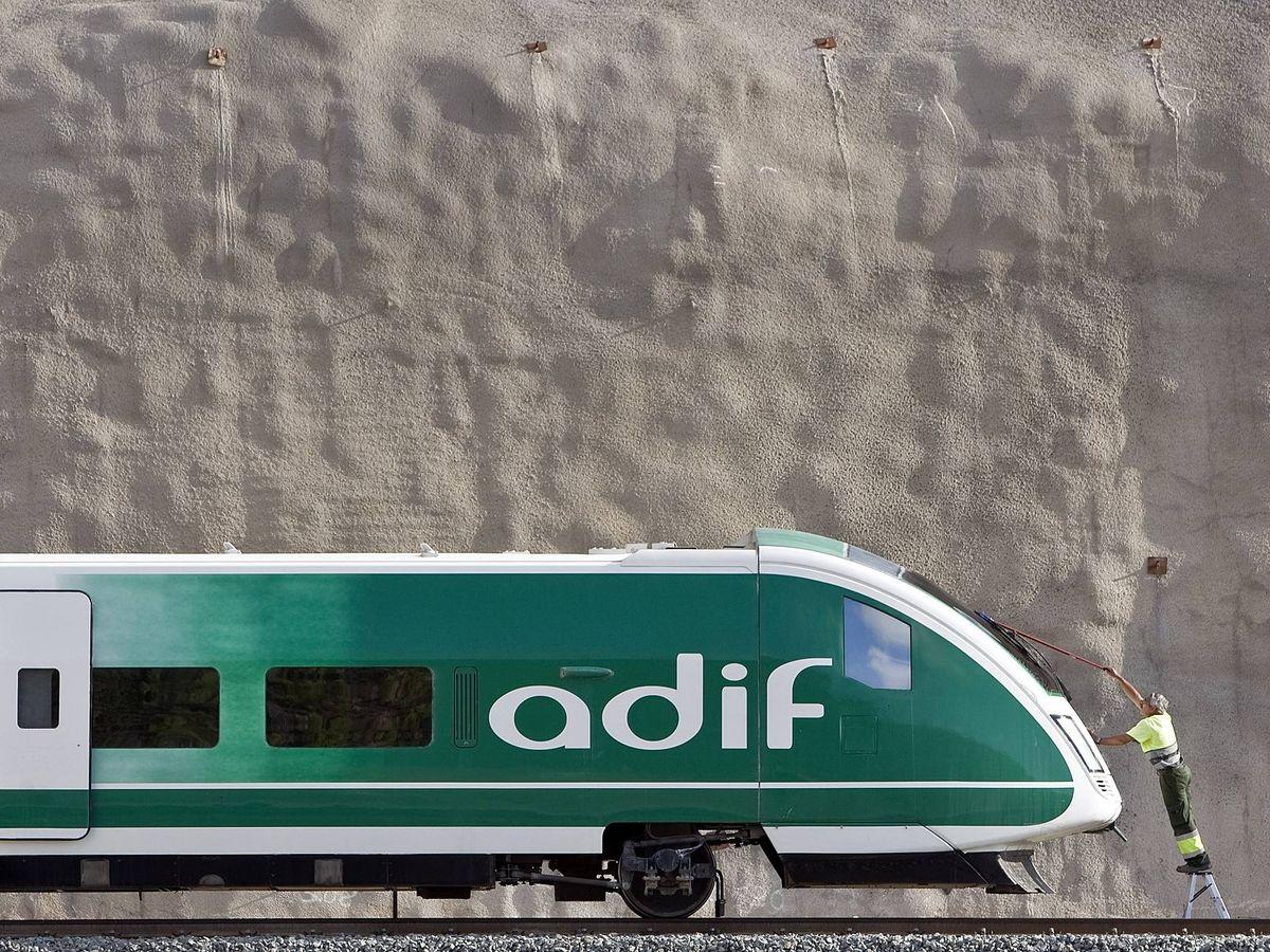 Foto: Operarios de Adif limpian un tren (EFE)