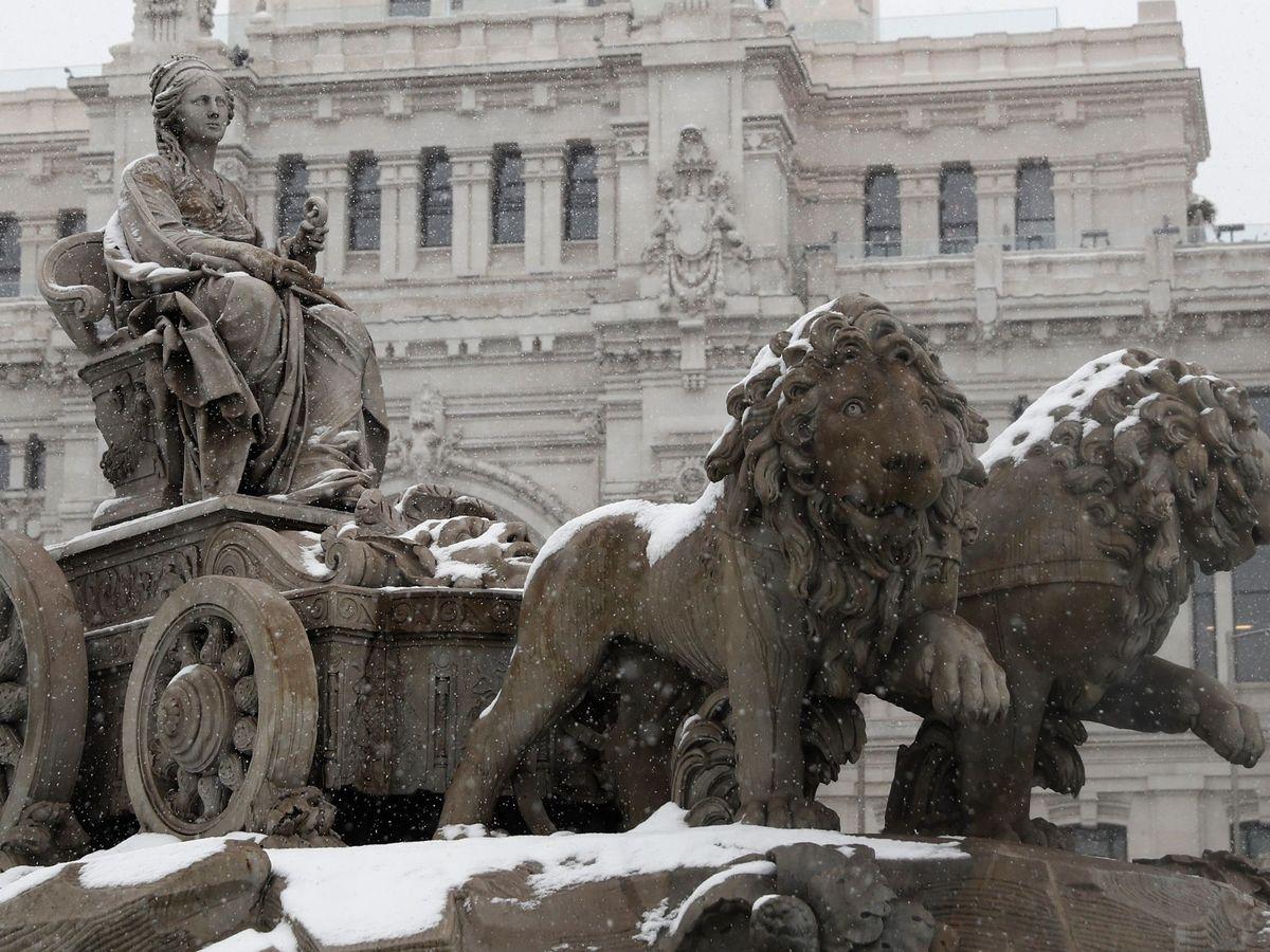 Foto: Vista de la fuente de La Cibeles, durante una fuerte nevada en el centro de Madrid. (EFE)