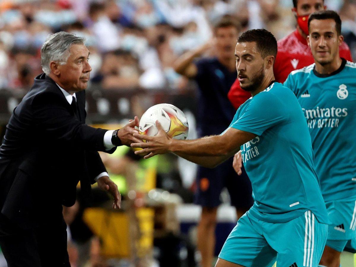 Foto: Carlo Ancelotti le da el balón a Hazard en el partido contra el Valencia. (EFE)