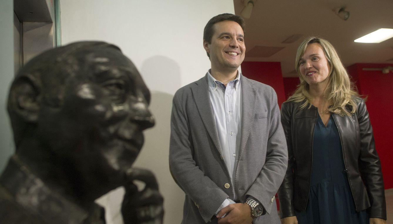El diputado socialista por Zaragoza Oscar Galeano, junto a la candidata a la alcaldía de la ciudad, Pilar Alegría, en noviembre de 2016 en la capital aragonesa. (EFE)