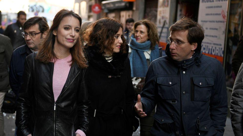 Foto: Andrea Levy, Isabel Díaz Ayuso y José Luis Martínez Almeida visitan el Rastro de Madrid. (EFE)