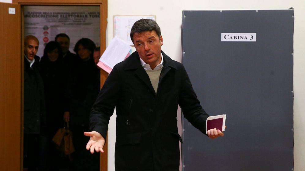 Foto: Matteo Renzi, ayer, en el momento de votar en un colegio electoral en Florencia. (Reuters)