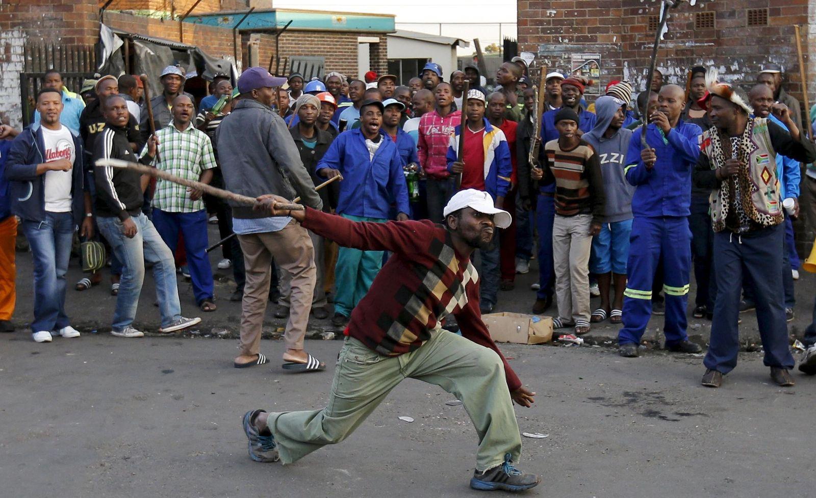 Foto: Un sudafricano amenaza con un palo durante la violencia contra los inmigrantes en Johannesburgo, el 17 de abril de 2015. (Reuters)