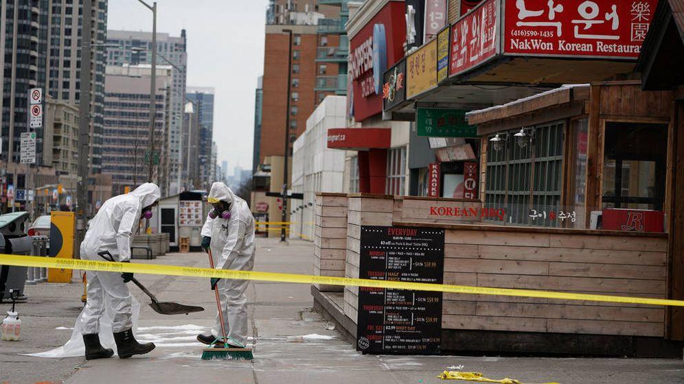 Foto: Trabajadores limpiando la sangre de la calle de Toronto donde se produjo el atentado. (Reuters)