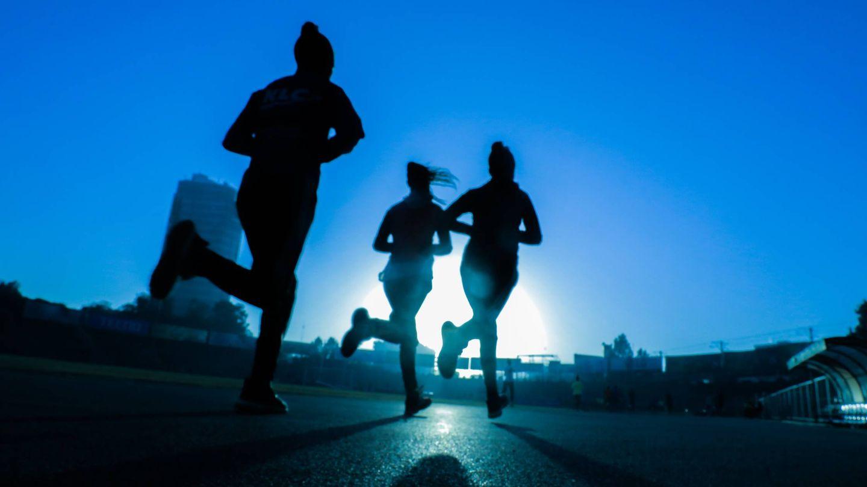 La mejor hora para salir a correr y perder peso. (Fitsum Admasu para Unsplash)
